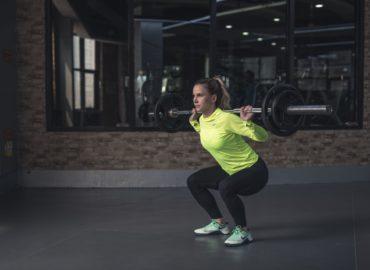 Czym cechuje się drgający drążek aerobiku ?